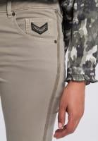 5-Pocket mit gesticktem Badge