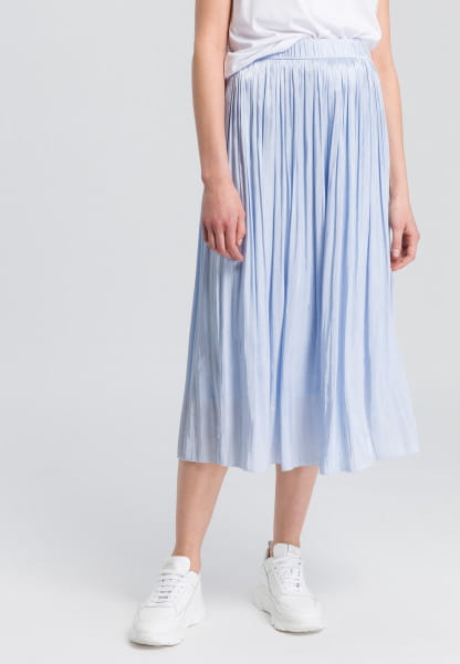 Pleated skirt with gleaming look