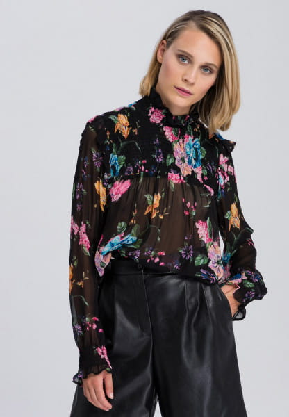 Slip-on blouse with many romantic details