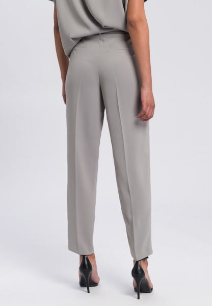 Pleated trousers made from crease-free material