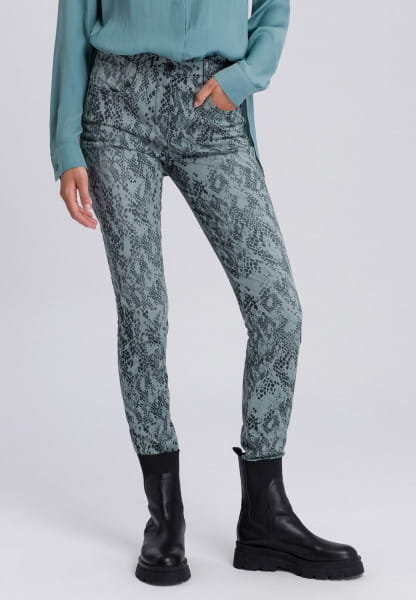 Chino with accentuated reptile print