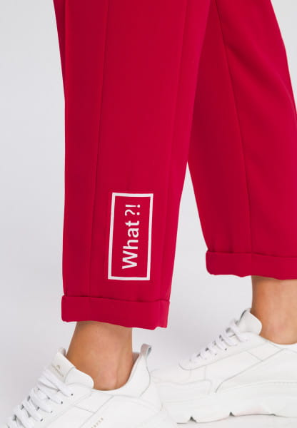 Jogging pants made of crease-resistant material with badge